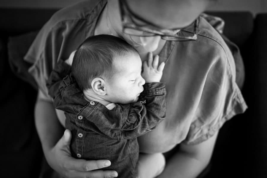Photographe de bébé dans les bras de papa
