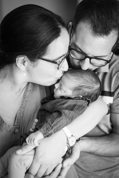 Portrait de bebe dans les bras de ses parents