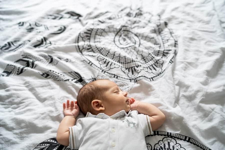 Photographie de bébé allongé sur le lit