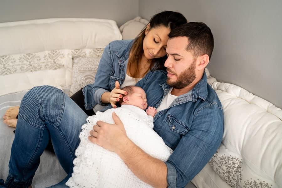 Photographe de bébé avec les parents