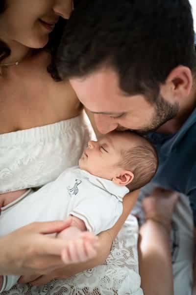 Portrait de papa qui embrasse bébé