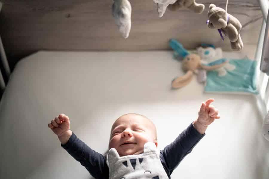 Photographe de bébé dans son berceau