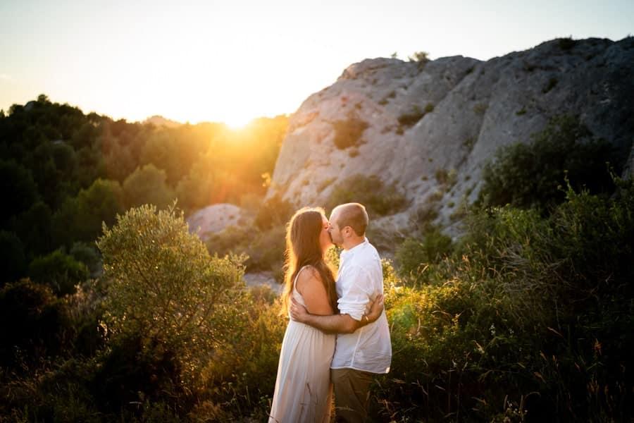photos de couple en exterieur au coucher de soleil