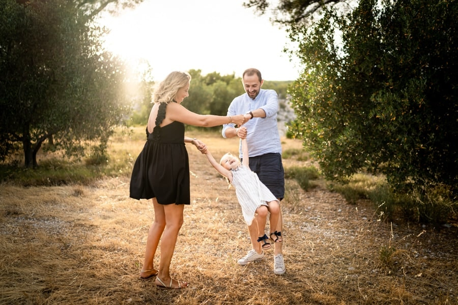 photos de famille dans les champs d'oliviers