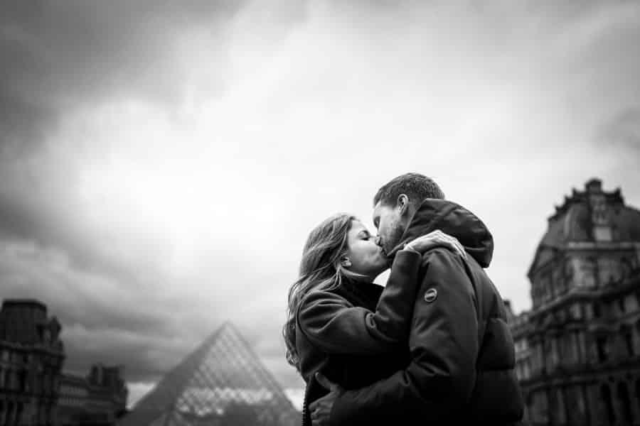 photos de couple au musée du louvre