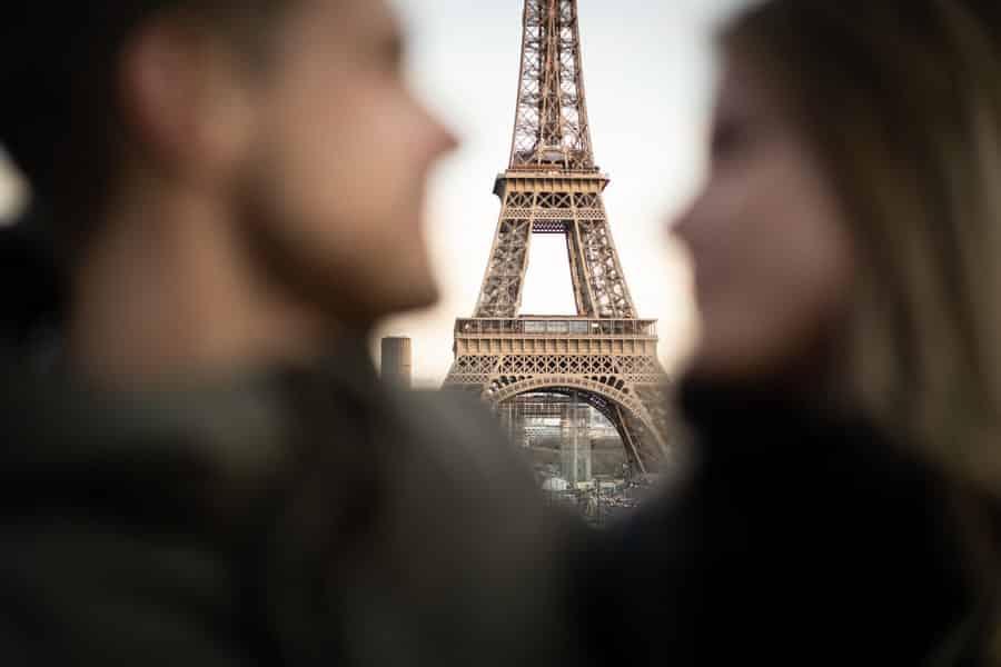 photos de couple devant la tour eiffel