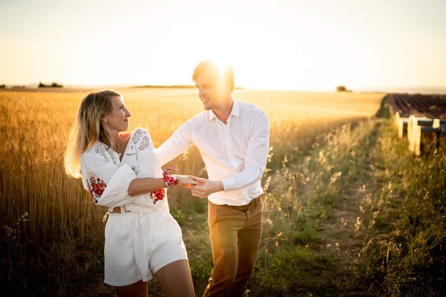 photos de couple dans es champs de blé a Valensole