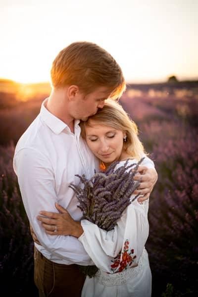 photos de couple au coucher de soleil à Valensole