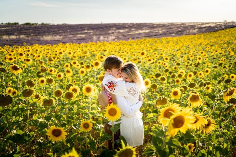 photos de couple dans les champs de tournesol