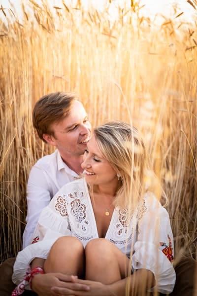 photos de couple dans les champs de blé