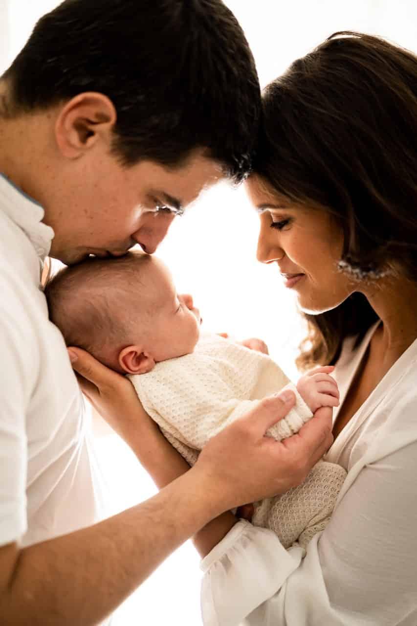 photos de bebe avec ses parents dans les bras