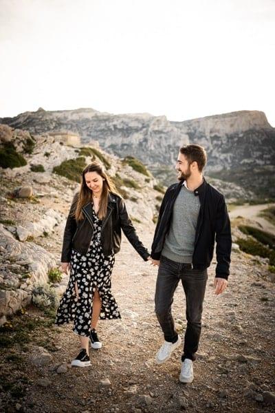couple marchant dans les calanques de marseille