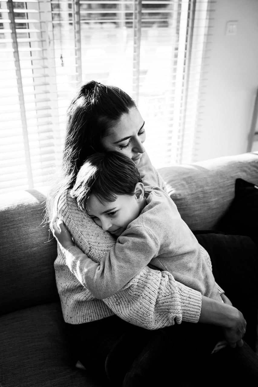 photo d'enfants dans les bras de maman en famille
